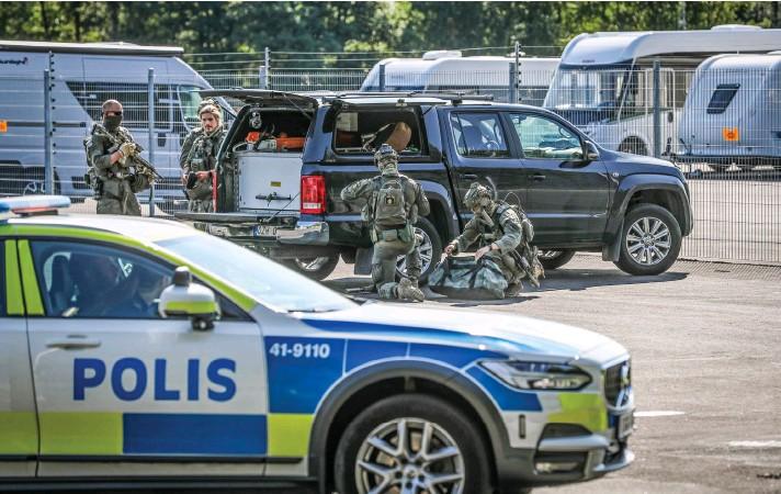 ?? Foto: Per Karlsson/TT ?? Två morddömda fångar tog i går personal som gisslan på Hällbyanstalten. Nationella insatsstyrkan gjorde sig redo att gå in under eftermiddagen.