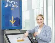 ?? PHOTO COURTOISIE CHUM ?? La PDG de la Fondation du CHUM, Julie Chaurette, pose devant une des six bornes de dons interactives.