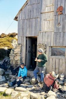 ??  ?? RIGHT, FROM TOP TO BOTTOM Kitchen Hut rises from Tasmania's Central Highlands; lunch on the first of a six-day trek. OPENING PAGE The zigzaggingpath to Mount Pelion West. À DROITE, DE HAUT EN BAS Kitchen Hut s'élève dans les massifs centraux de Tasmanie ; lunch lors de la première des six journées de randonnée. EN OUVERTURE Le sentier en zigzag vers le mont Pelion West.
