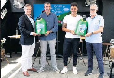 ??  ?? De izquierda a derecha: Martiarena, Guillén, Pereiro y Ares, ayer con los contenedores de Ecovidrio.