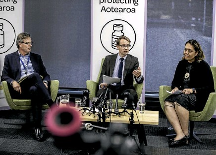 ?? ROBERT KITCHIN/STUFF ?? Health Ministry deputy director-general of data and digital Shayne Hunter, director-general Ashley Bloomfield and Counties Manukau DHB chief executive Fepulea'i Margie Apa answer questions during a media briefing on the vaccine rollout on Thursday.