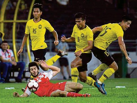 ?? BERNAMA PIC ?? Tajikistan's Boboev Sheriddin is brought down by Malaysia's Safawi Rasid (second from right) in Saturday's international friendly at the National Stadium in Bukit Jalil.