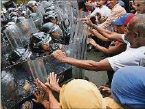 ??  ?? DESAFÍO 1. Pese a todas las medidas punitivas que aplicó el presidente Donald Trump, el gobierno de Nicolás Maduro se mantiene fuerte en el poder y limita a la oposición. En la imagen, una protesta el 10 de marzo de 2020.