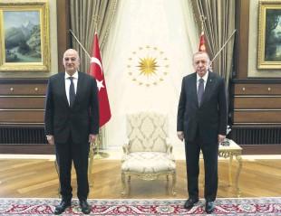 ??  ?? Greek Foreign Minister Nikos Dendias (L) and President Recep Tayyip Erdoğan before their meeting in Ankara, Turkey, 15 April 2021.