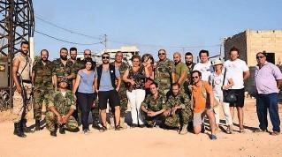??  ?? Ambigus A Mhardeh, dans le nord-ouest de la Syrie, près de la ligne de front, en août 2016, des cadres de l'association SOS-CO posent avec des miliciens chrétiens.