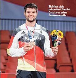 ??  ?? Sichtbar stolz präsentiert Dimitrij Ovtcharov seine Bronzemedaille.