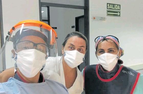 ??  ?? Predestinada. Con la cara tapada, como cuando jugaba en la Selección: Mariela (en el centro) en el Hospital El Cruce, de Florencio Varela.