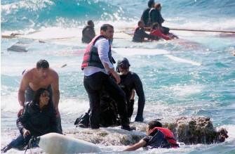 ??  ?? Mortel trafic. Le 20 avril, des migrants naufragés accostent sur l'île de Rhodes. Ci-contre, le portrait-robot d'Ermias Ghermay.
