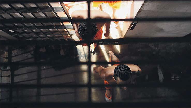 ?? MARIO TAMA / GETTY ?? Internos en el centro penitenciario de Pedrinhas abandonan sus celdas para disfrutar de la hora y media de patio que tienen cada día