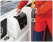 ??  ?? Cette petite valise intégrée au pavois est maintenue par des Velcro, on adore !