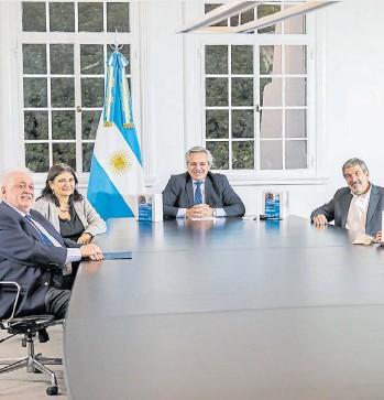 ??  ?? El presidente Alberto Fernández, el ministro de salud Ginés González García y científicos.