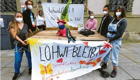 ?? Foto: Marcus Merk ?? Diese Plattform, die Aktivisten im Klimacamp am Augsburger Rathausplatz zusammengebaut haben, könnte bei den Protesten am Samstag in Meitingen zum Einsatz kom‰ men.