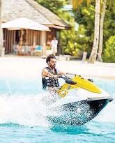 ??  ?? Liverpools Mo Salah ( o.) probierte auf den Malediven auch einen Jetski aus, Lionel Messi ( re.) urlaubte mit seiner Familie auf Ibiza.