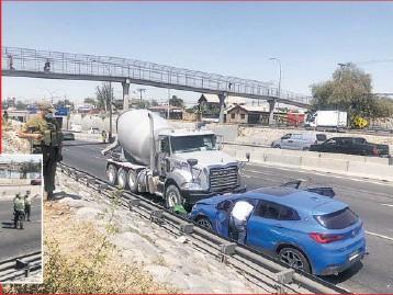 ??  ?? Al ver que Carabineros se interpuso en su camino, el delincuente decidió ir contra el tránsito, atropellando a dos policías.