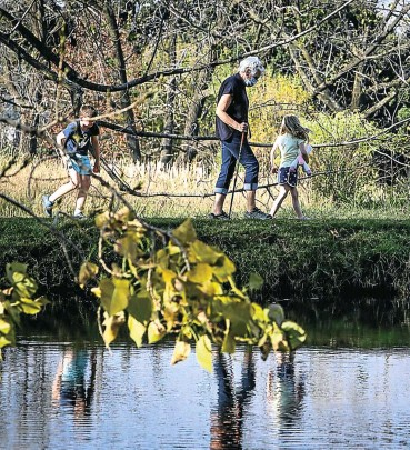 ?? Pictures: Sebabatso Mosamo ?? A hiker and her grandchildren enjoy a stroll through the 108ha of Delta Park in northern Johannesburg.