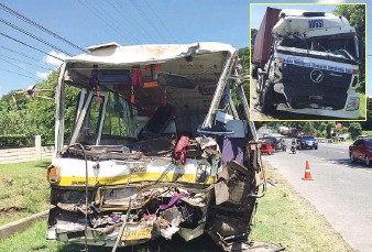 ??  ?? TOTAL WRECK — This minibus is a total wreck after figuring in a head-on collision with a truck (inset) the other night that resulted in the death of the bus driver and the injury of 48 people in Balanga City, Bataan. (Mar T. Supnad)