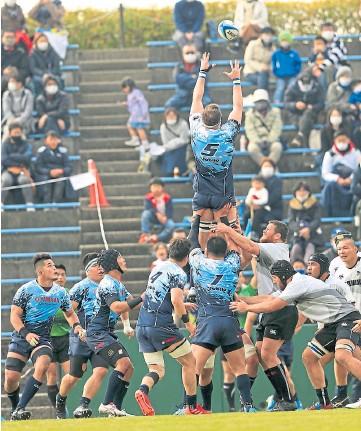 ??  ?? HIGH FLIER: Murray Douglas, below, and in action in Japan's Top League.