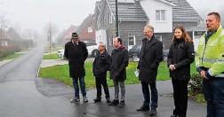 ?? Foto: Manfred Fickers ?? Nach der Erneuerung ist jetzt der Ginsterweg in Klein Hesepe freigegeben worden. Das Bild zeigt (von links): Peter Kramer, Dieter Ende, Nils Stenzel-Niers, Helmut Höke, Britta Düthmann und Christian Moß.