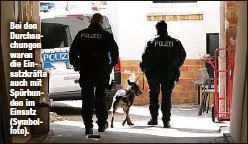 ??  ?? Bei den Durchsuchungen waren die Einsatzkräfte auch mit Spürhunden im Einsatz (Symbolfoto).