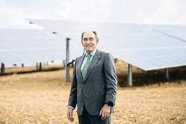 ??  ?? Ignacio Sánchez Galán, en una planta fotovoltaica en Huelva