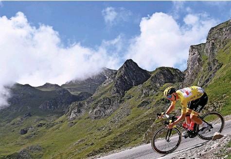 ?? Foto: Anne Christine Poujoulat (Getty Images) ?? Für ihn ist das alles ein Spiel: Tadej Pogacar gewinnt auch die 18. Etappe.