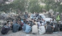 ?? BERNAT ARMANGUE THE ASSOCIATED PRESS ?? Displaced Afghans wait for food donations at a camp for internally displaced persons in Kabul, Afghanistan, Monday.