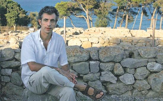 ?? INMA SAINZ DE BARANDA ?? Reflexiones junto al Mediterráneo. Jordi Pigem fotografiado en el yacimiento arqueológico de Empúries. Este filósofo medita cada día con vistas al mar, en su casa de l'Escala, donde se instaló tras su paso por Darlington