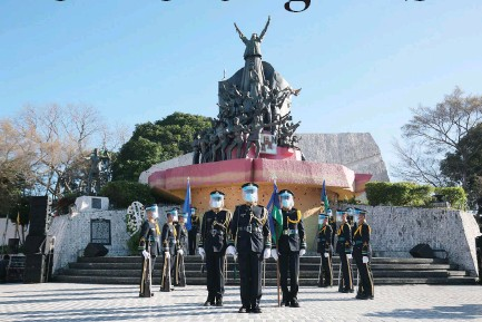 ?? PHILIPPINE STAR/ MICHAEL VARCAS ?? HONOR GUARDS during the wreath laying ceremony marking the 35th anniversary of the EDSA People Power Revolution at the People Power Monument, Feb. 25.