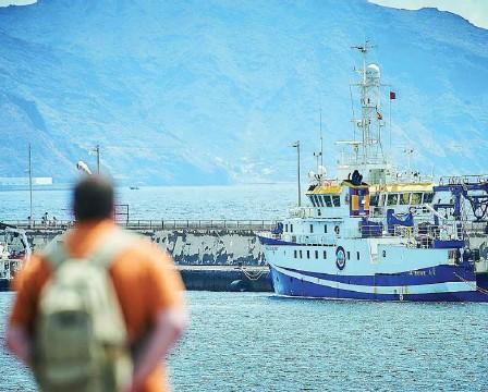 ?? EFE ?? El buque «Ángeles Alvariño» apuraba ayer las horas para encontrara a Anna y a Tomás en el mar
