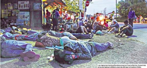 ??  ?? Los migrantes hondureños descansan en Puerto Barrios, Guatemala antes de ingresar a México, para de allí viajar a Estados Unidos.