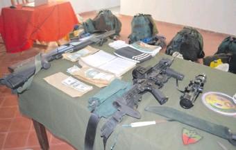 ??  ?? La escopeta calibre 12 que portaba Lucio Silva y el fusil M4 que usaba Esteban Marín López. Esta última arma fue robada en la masacre de ocho militares, en Arroyito, en el año 2016.