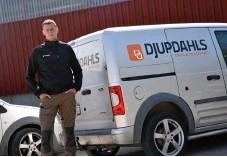 ?? Bild: Stefan Johansson ?? Henrik Nilsson värnar sin personal. Numera är det mest kontorsjobb. Men han försöker komma ut i naturen och hjälpa till åtminstone en gång per dag.