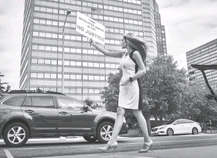 ?? BILL O'LEARY/THE WASHINGTON POST ?? Alyssa Bermudez pickets outside the headquarters of the Transportation Security Administration in Pentagon City in September 2016.
