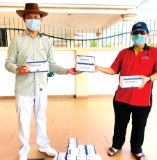 ??  ?? Marcus (right) receives face masks donated by Pakatan Harapan Sarawak secretary Senator Alan Ling for the former to distribute to church workers and some adopted poor families.