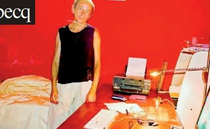 ??  ?? Michel Houellebecq in un autoritratto fotografico eseguito per «Le Monde» in una stanza d'albergo di Parigi, nel 2005. Lo scrittore francese (nato nell'isola di Reunion) vive attualmente in Spagna