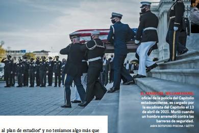 ??  ?? EL ATAÚD DEL WILLIAM EVANS, oficial de la policía del Capitolio estadounidense, es cargado por la escalinata del Capitolio el 13 de abril de 2021. Murió cuando un hombre arremetió contra las barreras de seguridad. JABIN BOTSFORD-PISCINA / GETTY