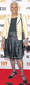 ??  ?? Dionne Warwick looked chic in a cream-and-black skirt suit, paired with Mary Janes, the shoe of the season.