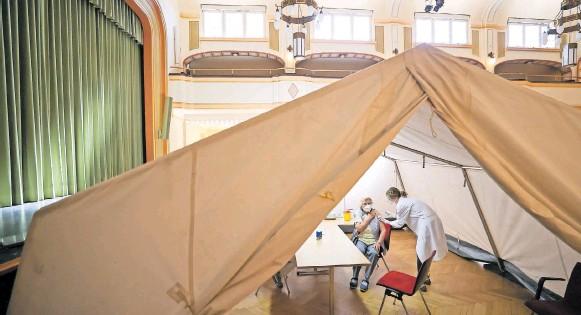 """?? FOTO: JAN WOITAS / DPA ?? """"Ich muss weiterhin um Geduld bitten"""": Corona-Impfung im Großen Lindensaal des Rathauses von Markkleeberg in Sachsen."""