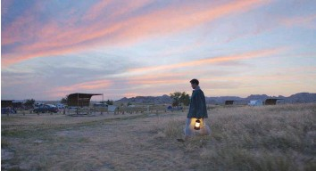 ??  ?? Fern (Frances Mcdormand), una mujer madura que acaba de perder su empleo y que decide reorientar su existencia hacia la vida nómada.