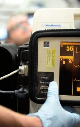 ??  ?? Die Übertragung aller wichtigen Daten erfolgt per Knopfdruck von der Einsatzstelle an den Telenotarzt.