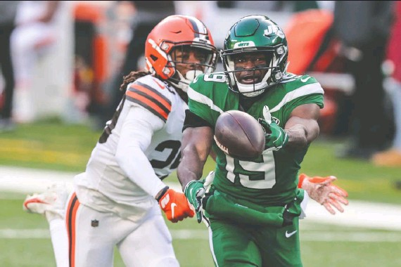 ?? VINCENT CARCHIETTA/ USA TODAY SPORTS ?? Backup safety Sheldrick Redwine and the Cleveland Browns failed to lock up a playoff spot last Sunday when they lost to the hapless New York Jets.