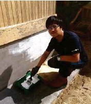 ??  ?? Tham painting one of more than 3O houses for flood victims in Tumpat, Kelantan, after foundation brick- laying.