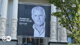 ??  ?? Mourners paid their last respects to Peter de Vries at the Carre Theatre