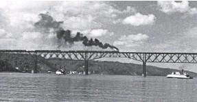 ?? ROBERT AUCHINCLOSS/COURTESY PHOTO ?? A train crossing the railroad bridge over the Hudson River, circa 1940.