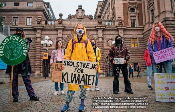 ??  ?? La activista Greta Thunberg, que impulsó el movimiento ecologista Fridays For Future –en la foto, ante el Parlamento sueco–, ha denunciado el profundo malestar y congoja que le suscitan la falta de medidas contra el cambio climático.