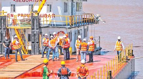 ??  ?? En el río ya se encuentra parte de las embarcaciones que darán apoyo en la construcción de los cimientos del puente (gentileza).