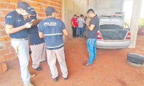 ??  ?? Dentro del coche robado que tenían los malvivientes se hallaron clavos miguelito.