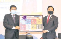 ?? — Gambar Bernama ?? CENDERAHATI: Arthur menerima cenderahati daripada Pesuruhjaya Banci 2020 Mohd Uzir (kiri) pada program Malaysia Prihatin: Sesi Libat Urus Bersama Pembanci di Borneo semalam.