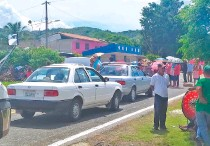 ??  ?? Campesinos inconformes, que exigían la entrega de fertilizantes, bloquearon la carretera federal que conecta a la región centro con la Costa Chica.