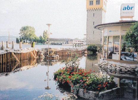 ?? FOTO: BEATE NÖSER ?? Wo auf der Promenade am Seehafen normalerweise Menschen spazieren oder in einem der Cafés sitzen, stand vor 20 Jahren das Wasser des Bodensees.